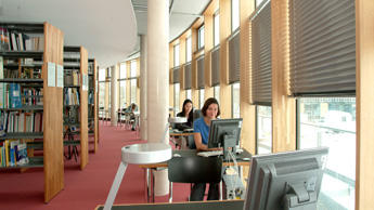 Student in the library at the campus Weihenstephan
