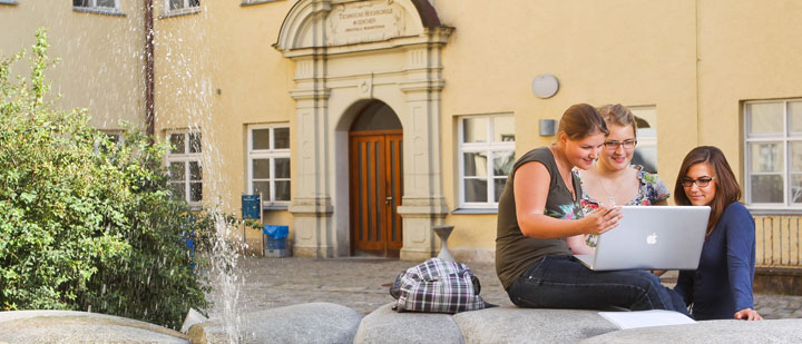 [Translate to english:] Studentinnen der TU München am Campus Weihenstephan